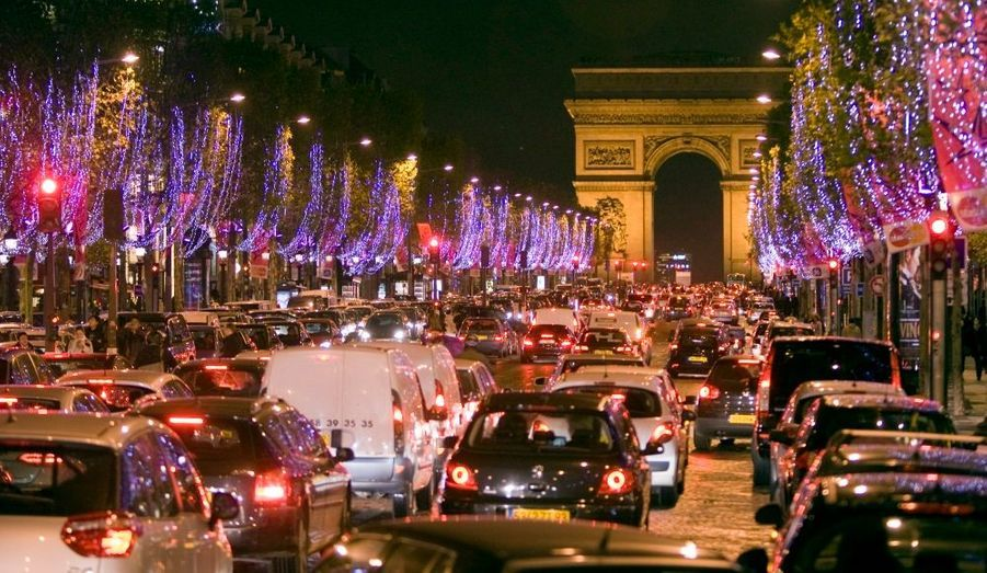 Paris est la métropole la plus embouteillée d'Europe, indique ce lundi l'étude réalisée par Inrix, une société d'info-trafic américaine. L'enquête portait sur les grandes villes de cinq autres pays: le Royaume-Uni, l'Allemagne, la Belgique, le Luxembourg et les Pays-Bas. Dans le détail, le pire des horaires est la tranche de 8h-9h le mardi matin: près de 70 heures par an sont gaspillées dans le trafic à cette heure là pour les automobilistes du mardi matin.
