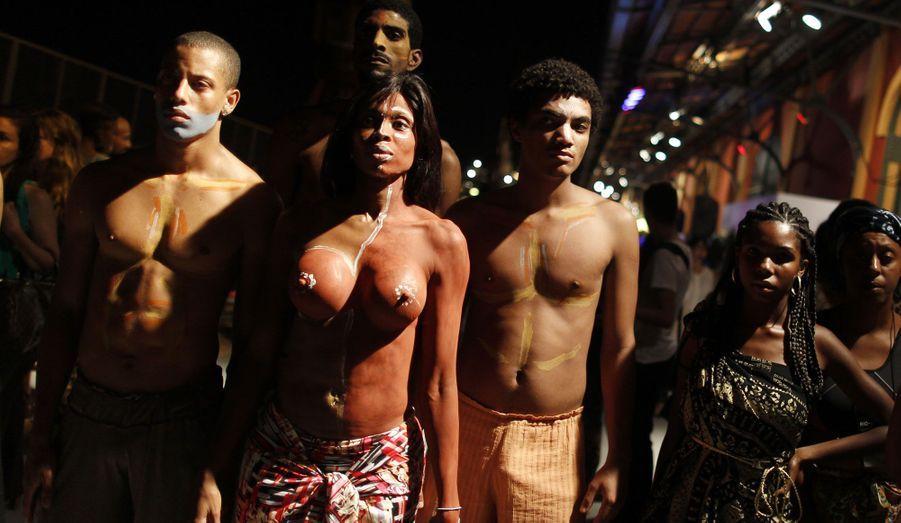 Des manifestants brésiliens, nus, protestent contre le manque de mannequins noirs lors d'un défilé de mode à Rio.