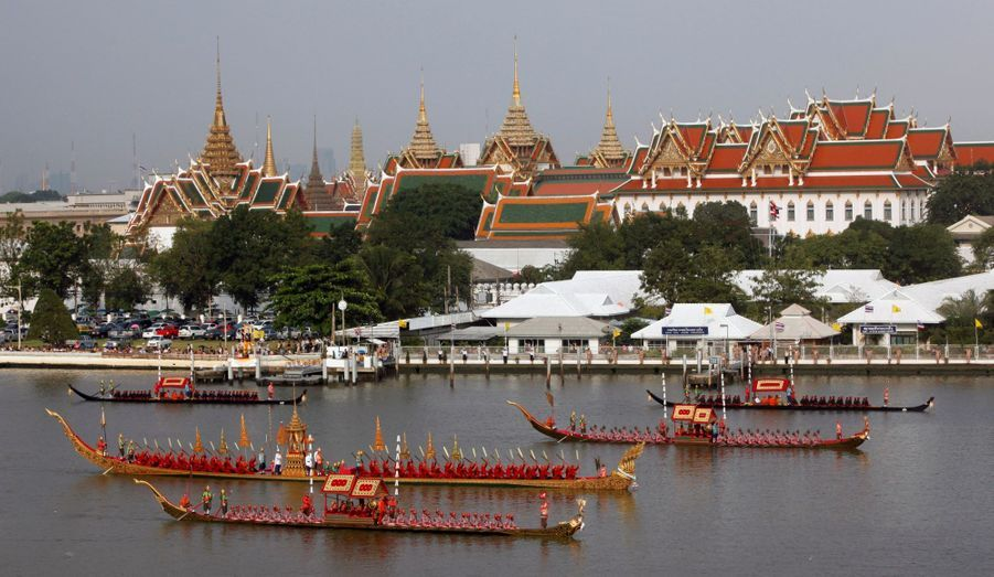 Lors d'une répétition, la barge royale passe sur le Chao Phraya, le fleuve de Bangkok, devant Wat Phra Kaeo, le temple royal de capitale thaïlandaise. La cérémonie, vieille de 700 ans, aura lieu vendredi 9 novembre, pour marquer le 85e anniversaire du roi Bhumibol.
