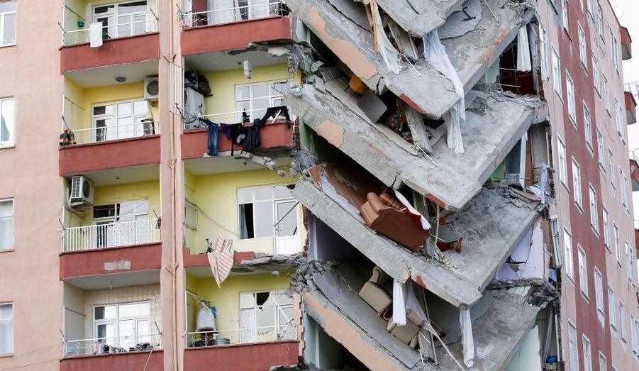 Vingt-huit familles d'un immeuble de Diyarbakir, en Turquie, ont été évacuées à la hâte, après que le bâtiment ait menacé de s'effondrer. Le lendemain de cette évacuation forcée, une partie de l'édifice s'effondrait. Murad Sezer