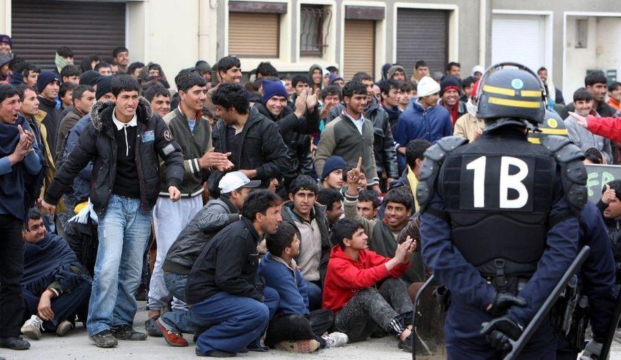 """Les 200 migrants interpellés hier à Calais, ont été quasiment tous libérés, révèle La Voix du Nord. Neuf afghans sont toujours en garde à vue """"pour des vérifications techniques (portables, répertoires...), mais cela ne veut pas forcément dire qu'ils seront présentés au parquet"""", a indiqué le procureur de Boulogne-sur-Mer. Hier, près de 500 policiers et gendarmes avaient été mobilisés au point de passage de Calais, où des centaines de clandestins cherchent à traverser la Manche pour atteindre la Grande-Bretagne."""