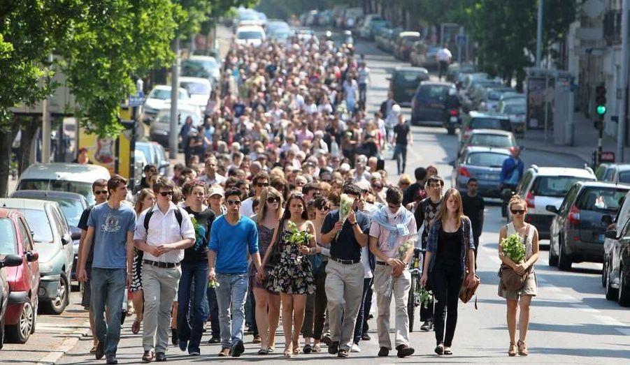 Plus de 500 personnes ont participé ce mardi à une marche silencieuse organisée par une amie d'un des fils de Xavier Dupont de Ligonnès en la mémoire de cette famille, dont les corps des quatre enfants et de la mère ont été retrouvés enterrés sous la terrasse de leur maison nantaise alors que le père reste introuvable. Le cortège est parti du cours des 50 otages, dans le centre, près de la Préfecture, pour se rendre au 55 boulevard Schuman devant la maison désormais inhabitée, où les gens ont pu déposer des fleurs, des photos ou encore des mots.