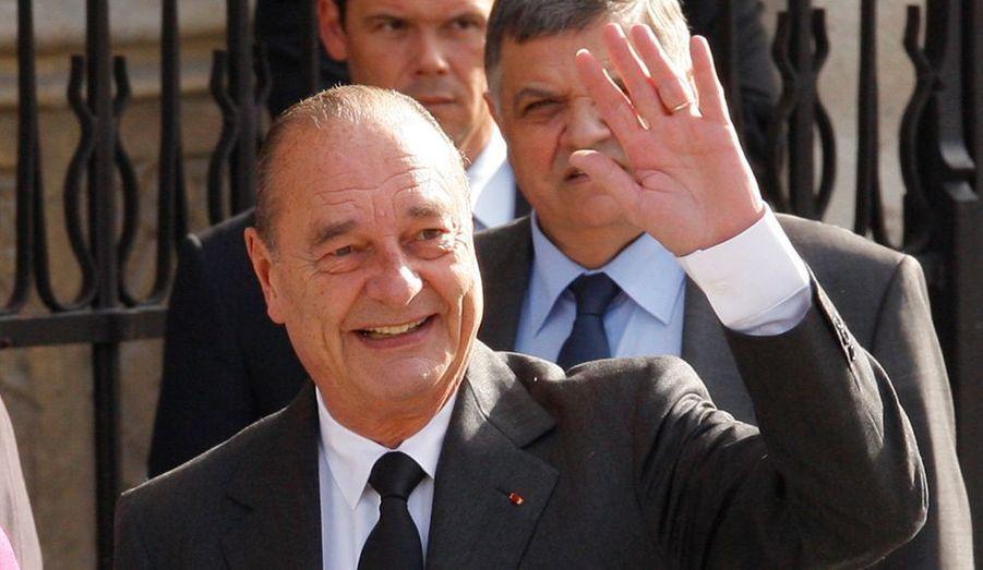 Qui l'eût dit, il y a seulement deux ans ? Jacques Chirac, la personnalité politique la plus populaire, en tête du tableau de bord Paris Match - Ifop, avec 74 % de bonnes opinions pour 26 % seulement de mauvaises, laissant loin derrière lui les nouvelles vedettes ou les vieilles gloires.