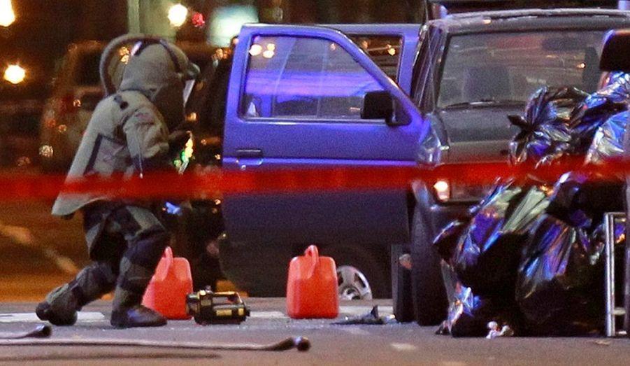 """David Paterson, gouverneur de l'Etat de New-York, a estimé dimanche que la présence d'une voiture pleine d'explosifs à Times Square relevait d""""un """"acte de terrorisme"""". Le quartier est très fréquenté, en particulier le samedi soir, et très prisé des touristes et des amateurs de théâtre."""