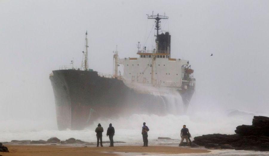 Un cargo s'est échoué sur cette plage à 60 km de Durban en Afrique du Sud. Le navire a dérivé après la rupture des câbles qui le reliaient à son remorqueur.