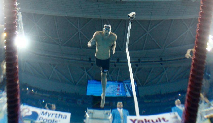 Le nageur américain Michael Phelps plonge mercredi pour la finale du 200 mètres papillon aux mondiaux de natation de Shanghaï. Le champion a remporté la médaille d'or.