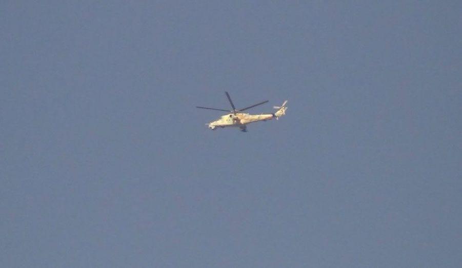 Les forces syriennes loyales à Bachar al-Assad n'hésitent pas à utiliser des hélicoptères d'attaque contre les insurgés, à l'image de de Mil Mi-24 de conception soviétique qui survole les environs de Homs.