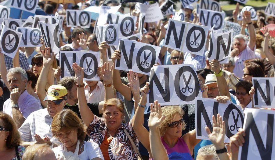 Les manifestations anti-austérité se sont poursuivies lundi en Espagne. Ici à Madrid, les participants brandissent des panneaux «Non», sur lesquels une paire de ciseaux figure les coupes drastiques projetées par le gouvernement conservateur.