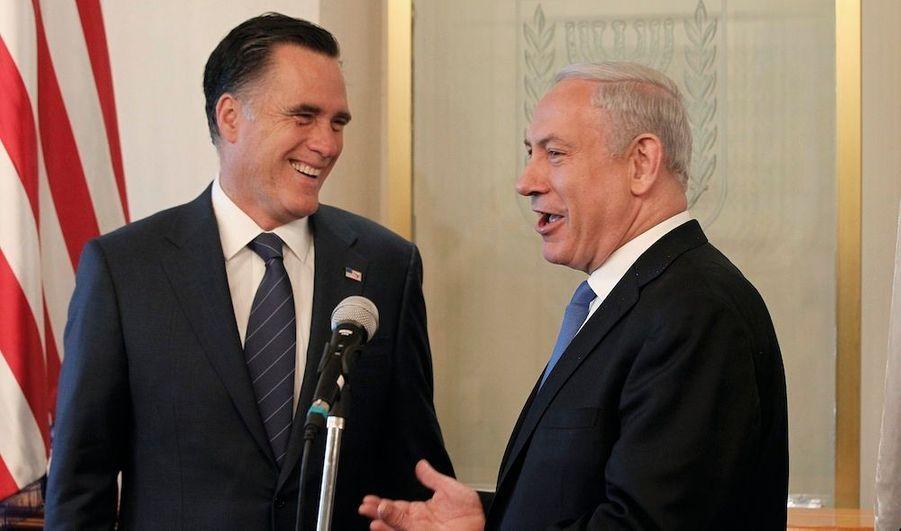 Après sa visite chahutée à Londres, Mitt Romney, qui sera le candidat du Parti républicain à l'élection présidentielle de novembre aux Etats-Unis, poursuit sa tournée internationale en Israël. Le futur adversaire de Barack Obama, arrivé samedi soir en provenance de Londres, a été reçu ce dimanche par le Premier ministre israélien, Benjamin Netanyahu, avant de prononcer un discours.Il a réaffirmé sa volonté, en cas d'élection, de resserrer les liens entre les Etats-Unis et Israël, où le président sortant ne s'est pas rendu, et tenir un discours de fermeté à l'égard des ambitions nucléaires de l'Iran.