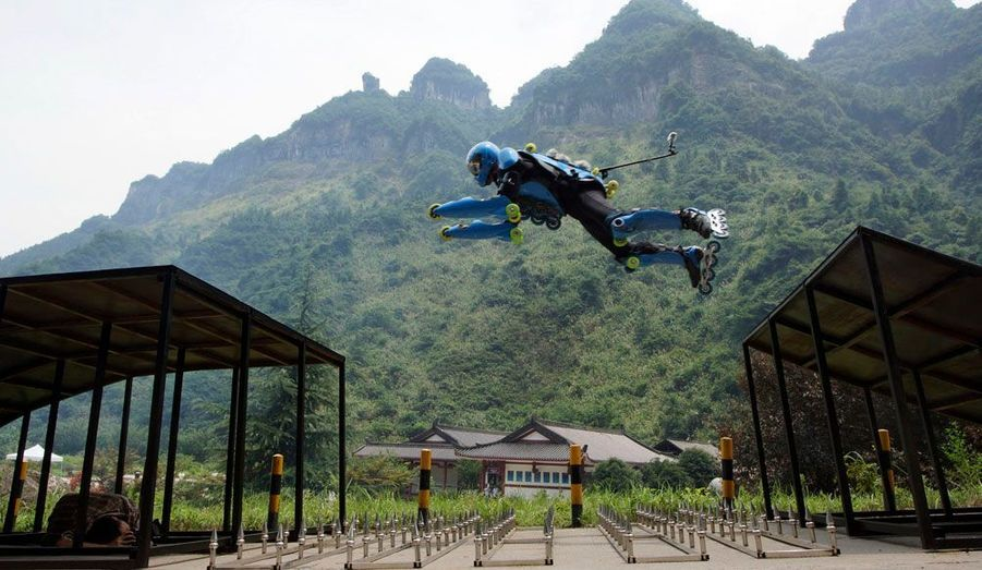 """Jean-Yves Blondeau, alias """"Rollerman"""", s'est lancé un défi unique: équipé de plusieurs types de rollers, il a parcouru dimanche avec succès la route du mont Tianmen. Un chemin sinueux comportant 99 virages et qualifié de """"route la plus merveilleuse du monde""""."""