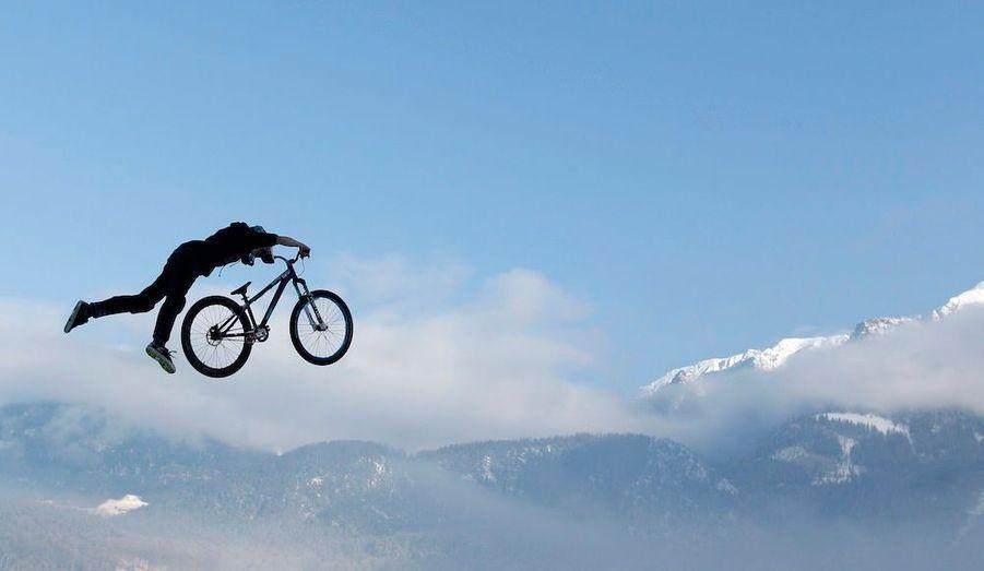 Michael Schwab effectue un saut en face des Alpes dans la station balnéaire de Schoenau am Koenigssee.