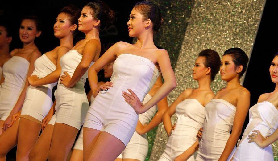 La Birmanie s'ouvre à la culture occidentale. Un concours de Miss Noël était organisé lundi à Rangoon.