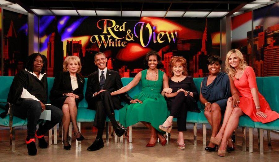 Le couple Obama pose sur le plateau de l'émission populaire «The View», sur la chaîne ABC. Ils sont entourés des présentatrices de ce talk-show: Whoopi Goldberg, Barbara Walters, Joy Behar, Sherri Shepherd et Elizabeth Hasselbeck.
