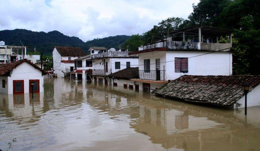 Des maisons sinistrées par les inondations provoquées par la tempête tropicale Matthew à Tapijulapa, au Mexique.