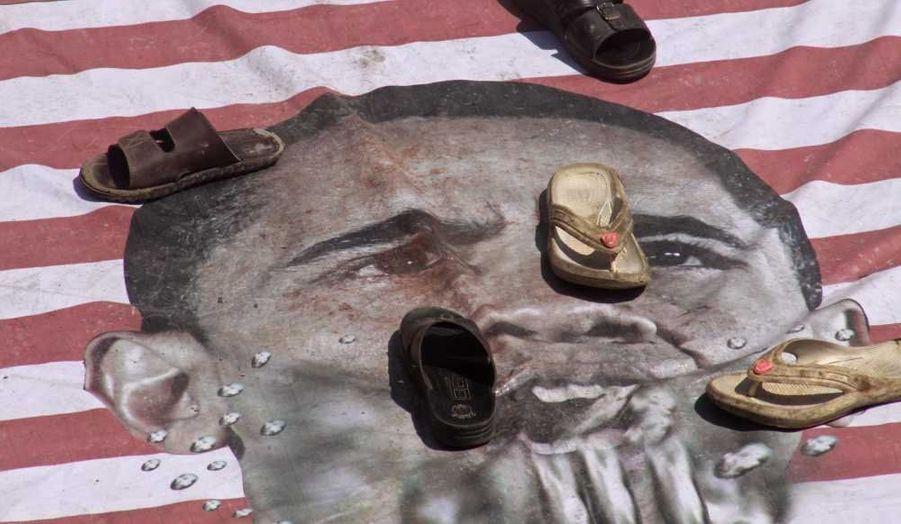 Des activistes du mouvement intégristes Sunni Tehereek profanant la photo du président américain Barack Obama, à Karachi (Pakistan) lors d'une nouvelle manifestation contre le film jugé blasphématoire L'innocence des musulmans, qui a réuni des centaines de personnes, samedi.
