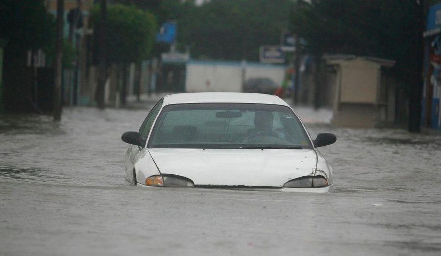 A Matamoros, au Nord-est du Mexique, un homme tente de circuler dans la ville inondée avec sa voiture.