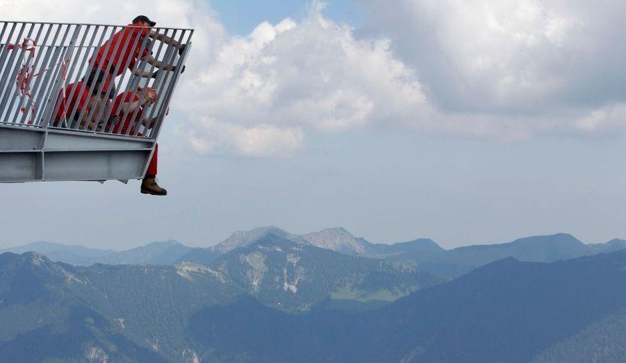 Des employés travaillent sur la plateforme d'observation Alpspix, au sud des Alpes Bavaroises. Ce point de vue artificiel se situe à 2.033 mètres d'altitude et sera inauguré le 4 juillet prochain.