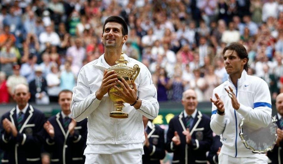 Novak Djokovic qui était déjà assuré de devenir numéro 1 mondial lundi prochain ne s'est pas arrêté en si bon chemin. Le Serbe a en effet remporté, ce dimanche, la finale de Wimbledon en s'imposant face à Rafael Nadal 6-4, 6-1, 1-6, 6-3. Djokovic s'impose pour la 5e fois consécutive face à Nadal et remporte à cette occasion un 3e tournoi du Grand Chelem. Avec 48 victoires en 49 matches en 2011, le Serbe est effectivement l'incontestable numéro 1.