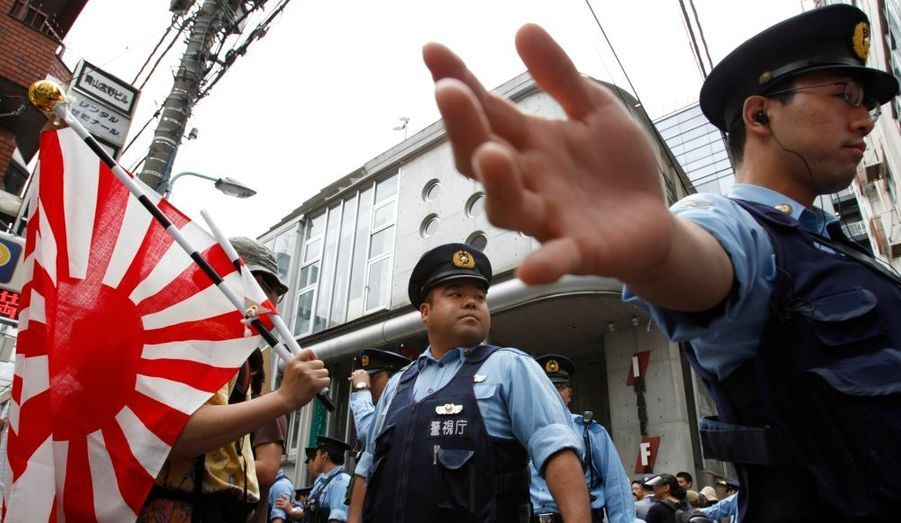 Le film The Cove (La baie de la honte), qui dénonce la chasse au dauphin au Japon et a obtenu l'Oscar du meilleur documentaire 2010, a été accueillie à Tokyo par des cris et une échauffourée entre manifestants et forces de l'ordre, a appris samedi l'agence Reuters.