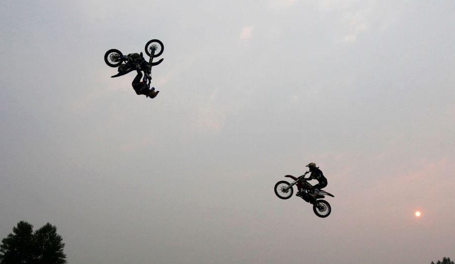 Alexei Kolesnikov et Alexei Aisin, deux pilotes professionnels de motocross, font des figures dans le ciel de Krasnoyarsk, en Sibérie.