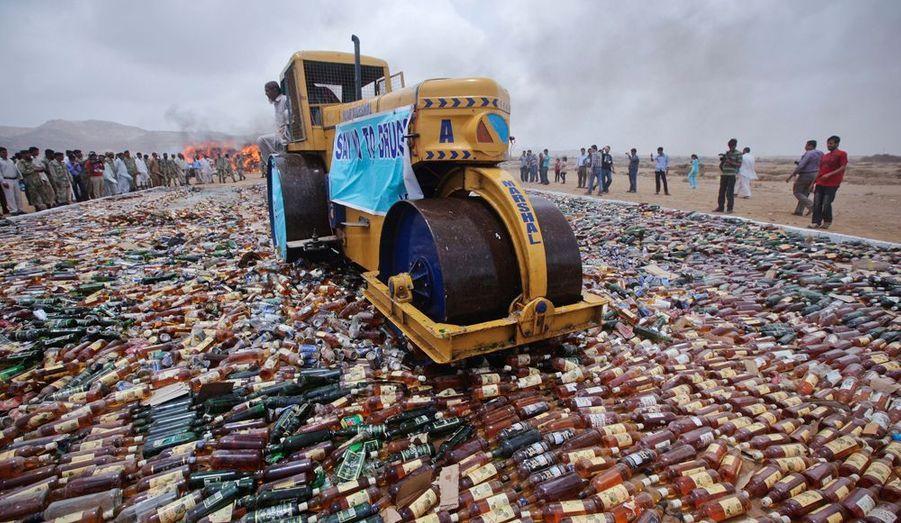 Pour marquer son action contre les trafics de drogue et d'alcool, les douaniers pakistanais ont écrasé des milliers de bouteilles à Karachi.