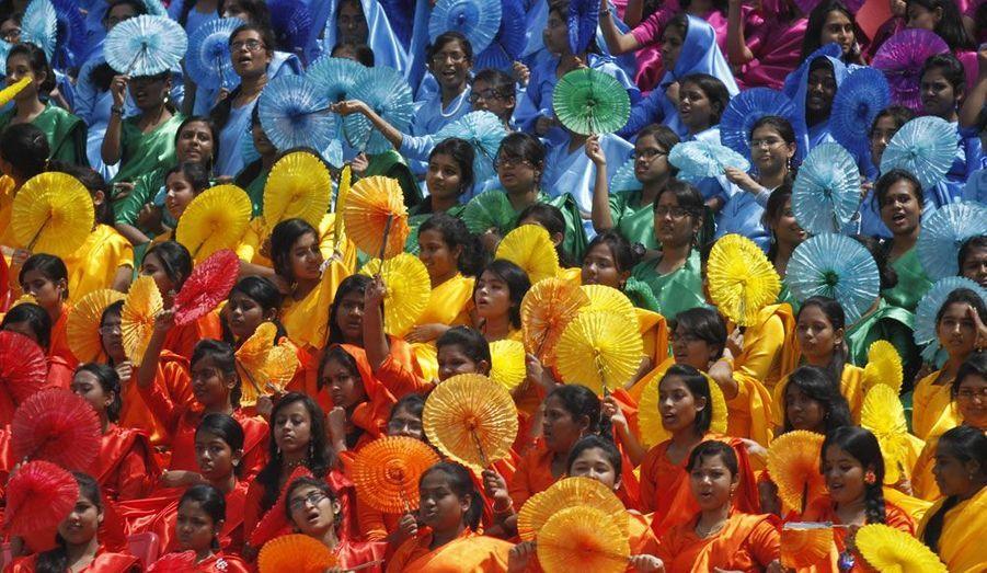 Des étudiants participent à un défilé célébrant les 41 ans d'indépendance du Bangladesh. Le 26 mars 1971, après deux semaines de conflit opposant le Pakistan et l'Inde, le Bangladesh, autrefois connu sous le nom de Pakistan oriental est en effet devenu officiellement un pays indépendant.