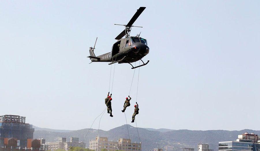 A l'approche de la saison de typhons, des soldats descendent en rappel à partir d'un hélicoptère UH-1H au cours d'un exercice à Taipei, à Taïwan.