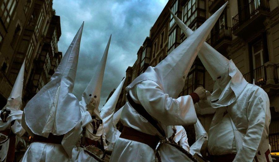 Des pénitents ajustent leur costume pour les processions de la Semaine Sainte, à Bilbao.