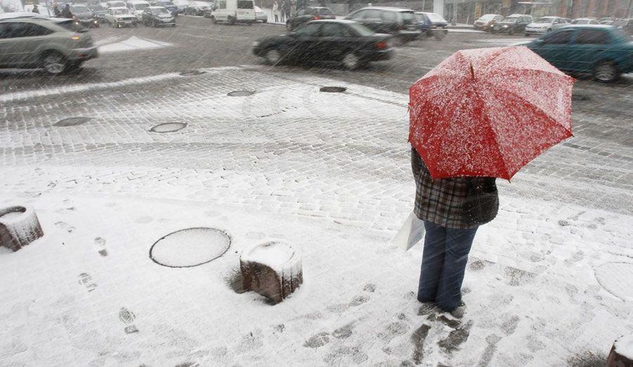 Le printemps se fait attendre à Kiev, en Ukraine. La capitale est actuellement frappée par des chutes de neiges très hivernales.