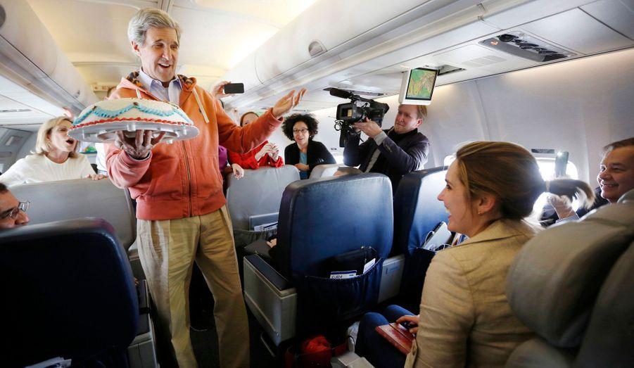 Le secrétaire d'Etat américain John Kerry offre un gâteau d'anniversaire à une journaliste à bord de l'avion qui l'emmène de Kaboul à Paris.