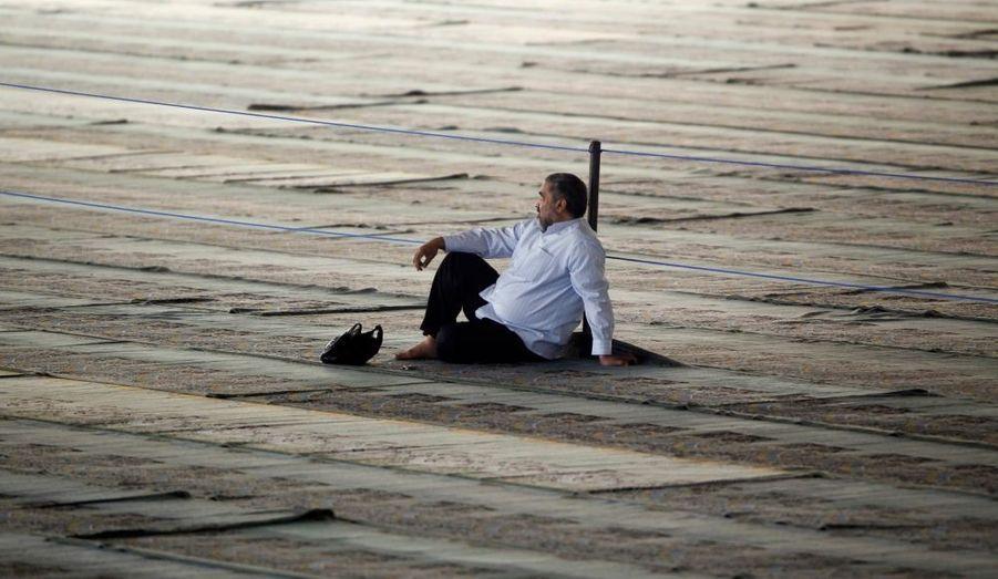 Un Iranien attend à l'université de Téhéran la prière du vendredi.
