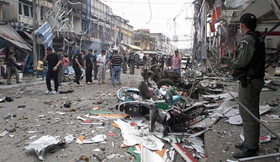 Dans la province de Yala, en Thaïlande, la police inspecte le site d'un attentat, samedi. Huit attaques à la bombe ont tué huit personnes et blessé 70 autres dans le sud du pays.
