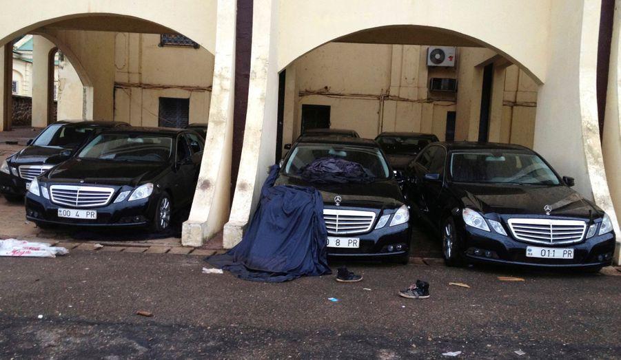 En fuite au Cameroun, l'ancien président centrafricain François Bozizé a dû laisser derrière lui quelques voitures de son garage personnel.