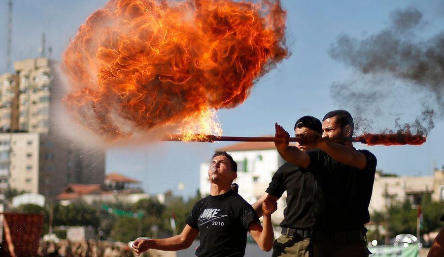 Les membres des forces de sécurité du Hamas en pleine représentation, sur l'une de leurs enceintes, à Gaza, détruite durant les huit jours de guerre entre Israël et Gaza, qui a fait 173 morts dont six Israéliens en huit jours à la mi-novembre.