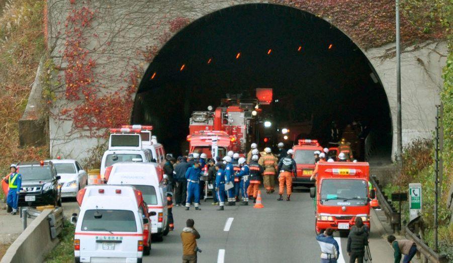 """Au moins sept personnes sont portées disparues après l'effondrement d'un tunnel autoroutier très fréquenté dimanche dans le centre du Japon. Plusieurs heures après l'accident, la police n'avait pas donné de bilan précis de victimes, mais a confirmé la découverte """"d'un certain nombre de corps carbonisés dans le tunnel"""", selon un porte-parole de la police de la préfecture de Yamanashi.Un incendie s'est déclaré et des voitures ont été détruites à l'intérieur de ce tunnel de 4,7 km dans la préfecture de Yamanashi, à 80 km à l'ouest de Tokyo, sur l'axe principal reliant la capitale à l'ouest du Japon.Des images des caméras de surveillance à l'intérieur du tunnel, diffusées par la télévisionNHK, montraient des pans de béton écroulés sur des véhicules, des pompiers progressant parmi les gravats dans une épaisse fumée et des voitures immobilisées, tous feux allumés.Les services de secours ont annoncé avoir éteint l'incendie vers 11h du matin, trois heures environ après l'accident. Les opérations ont été suspendues ensuite par crainte de nouveaux éboulements."""