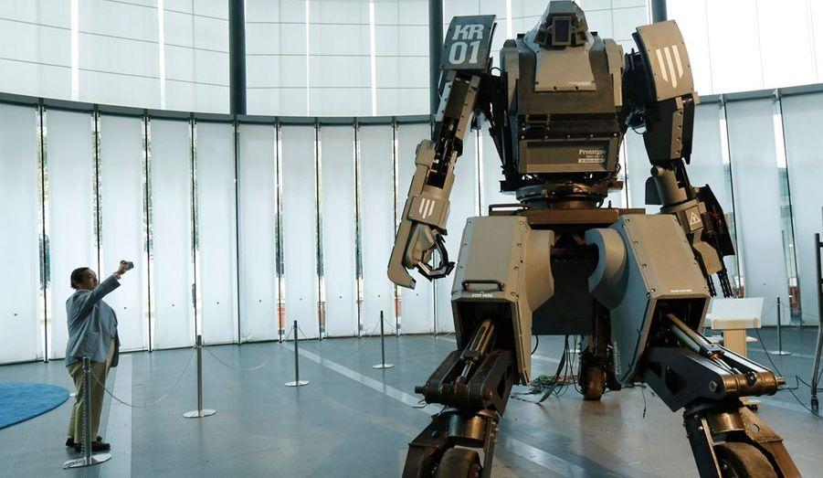 """Les Japonais ont toujours adoré les robots géants. La preuve avec le dernier modèle, """"Kurata"""", géant de quatre mètres et de quatre tonnes que l'on peut piloter avec son smartphone."""