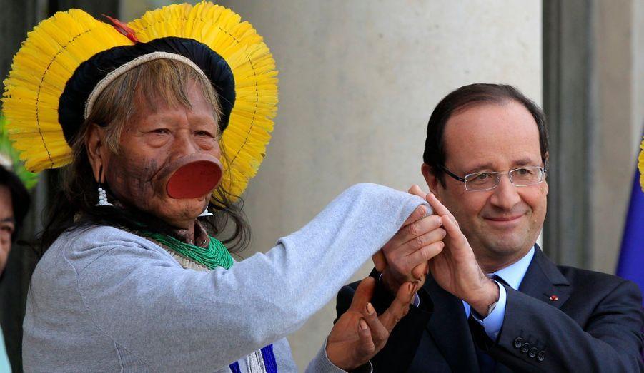 François Hollande a reçu ce jeudi le chef brésilien de la tribu Kayapo, Raoni.