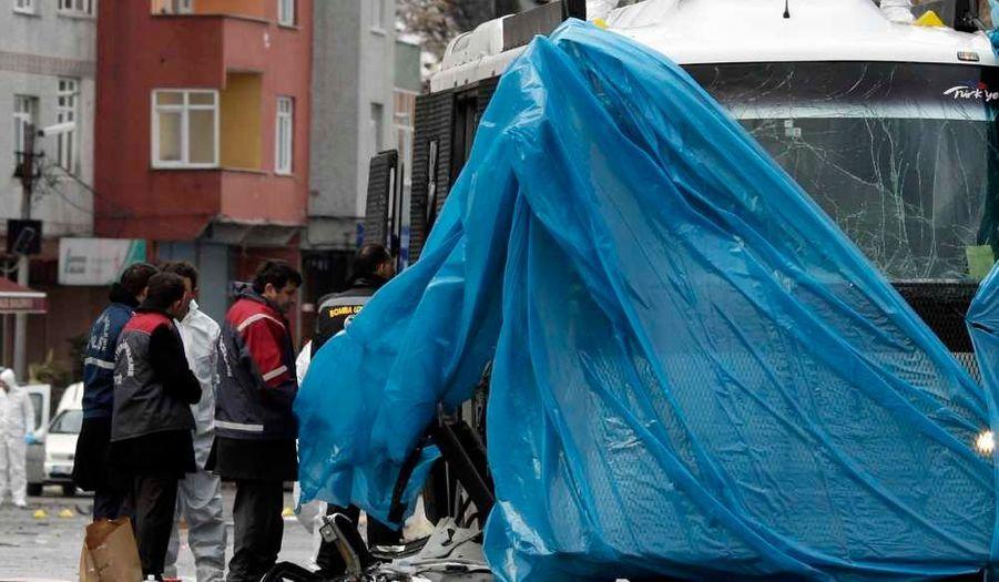 Une bombe a explosé jeudi matin près d'un car de police dans le centre ville d'Istanbul, près d'un immeuble abritant le Parti de la justice et du développement (AKP) au pouvoir en Turquie. Une dizaine de policiers ont été légèrement blessés.