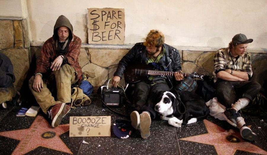 Des sans-abris assis sur le Walk of Fame d'Hollywood Boulevard, mendiant pour acheter de la bière.