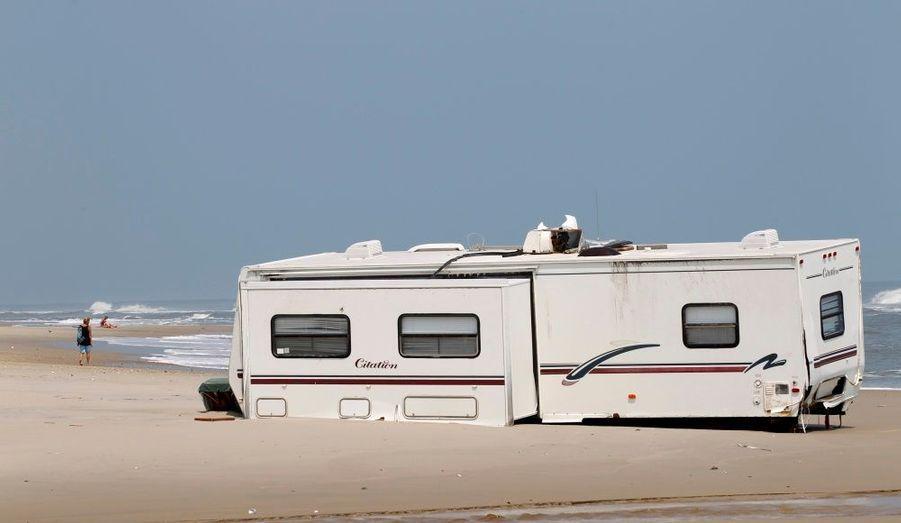 Une caravane a souffert du passage de la tempête tropicale Irene, à Rodanthe, en Caroline du Nord. Le véhicule a été déplacé jusqu'au bord de l'eau.