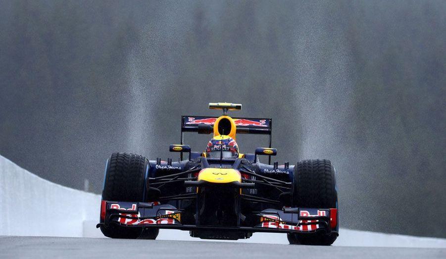Mark Webber participe à la séance d'essai en vue du grand prix de Spa, en Belgique, vendredi, sous la pluie.