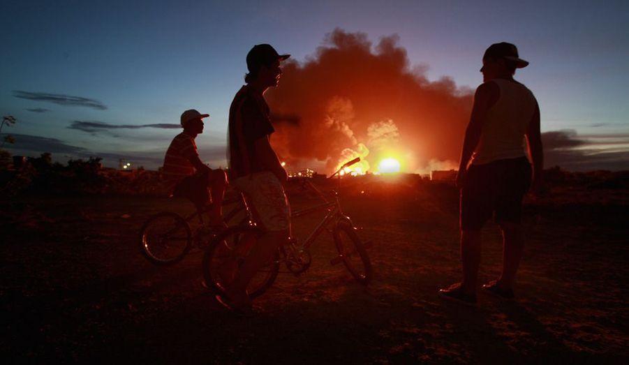 Ces enfants observent ce feu, après l'explosion d'un raffinerie à Punto Fijo dans la péninsule de Paraguana, au Venezuela.