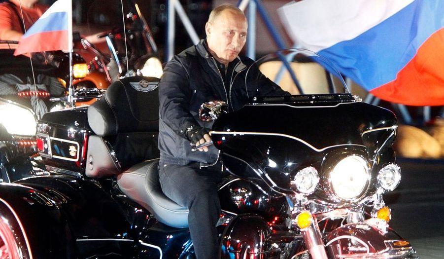 ... en Harley Davidson. Le Premier ministre russe participait à un festival de bikers à Novorossiisk.