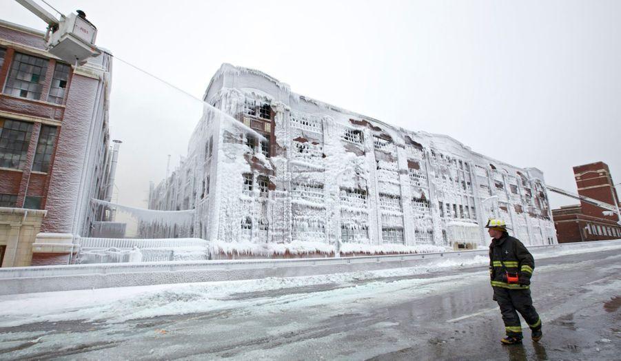 Des pompiers éteignent les derniers points chauds d'un entrepôt couvert de glace, qui a pris feu mardi soir à Chicago. Il s'agissait là du plus grand incendie de ces dernières années, nécessitant la mobilisation d'un tiers des pompiers de la ville - alors que celle-ci est toujours au cœur de la terrible vague de froid qui touche le nord du pays, avec des vents violents et des températures atteignant moins 46 degrés.
