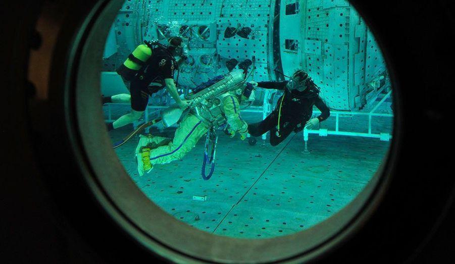 Plongée en piscine pour l'astronaute Japonais Soichi Noguchi qui dans sa combinaison spatiale s'entraine au centre Star City à Moscou.