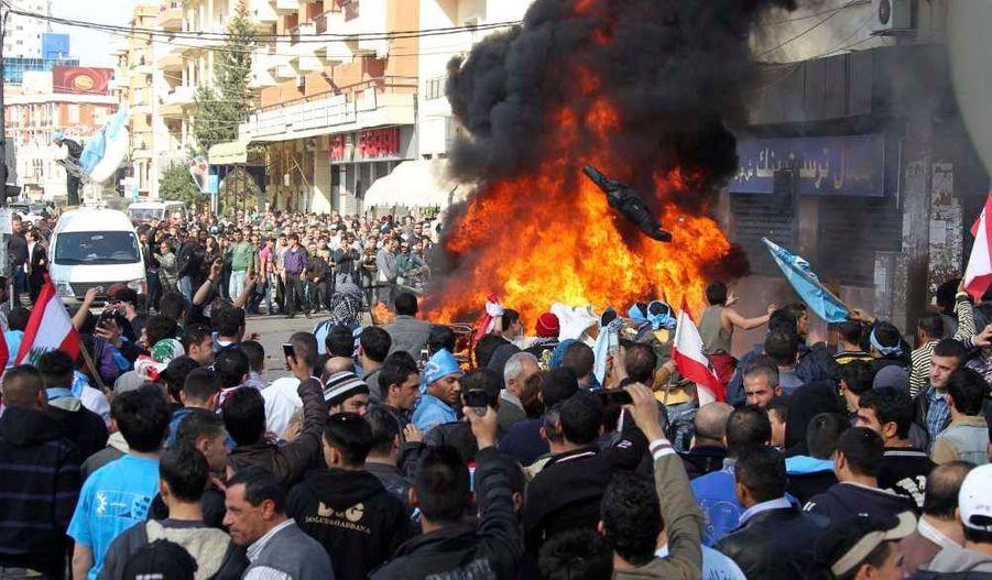 Le Courant du futur du Premier ministre sortant, Saad Hariri, a décrété un «jour de colère» dans le Nord du Liban afin de dénoncer ce qu'il considère comme un coup d'Etat ourdi par le Hezbollah. Si le fils de Rafic Hariri a appelé à des manifestations pacifiques, des rassemblements ont dégénéré à Tripoli et Beyrouth. Selon Haaretz, des affrontements entre soldats et manifestants ont eu lieu dans la ville de Naameh, au sud de la capitale: au moins deux civils auraient été blessés.