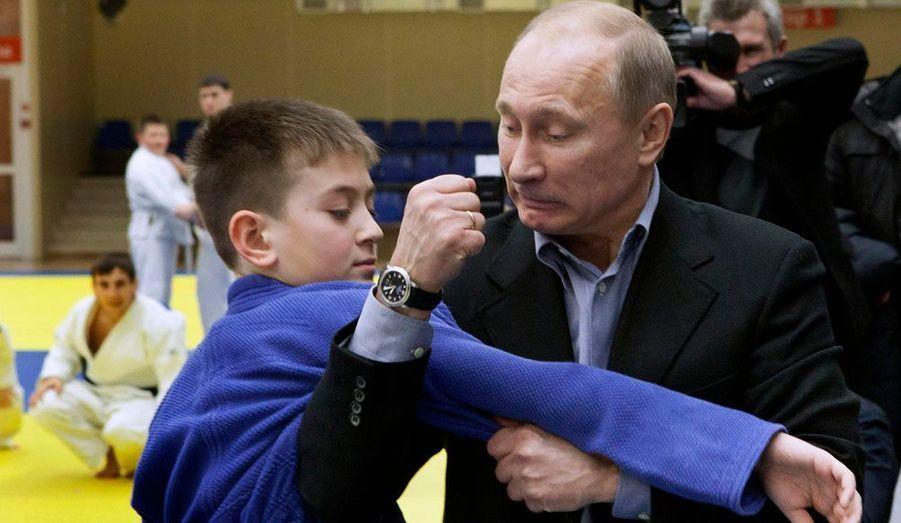 Le Premier ministre Vladimir Putin s'essaye au judo lors d'une démonstration dans un centre sportif à Kemerovo, une ville industrielle de Russie.