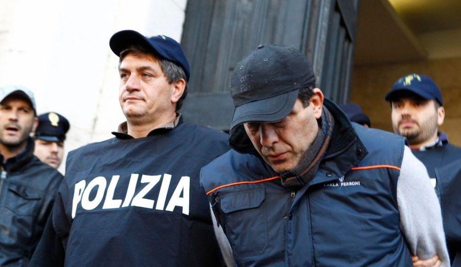 La preuve en images. La diffusion massive dans les médias d'une vidéo de surveillance montrant un meurtre à Naples le 3 mai dernier a permis l'identification de l'auteur présumé par les autorités. Trois parrains de la Camorra ont également été arrêtés.
