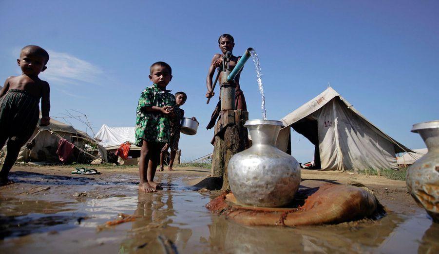 Des milliers de musulmans birmans ont été obligés de s'installer dans des camps après les violences communautaires survenues dans l'ouest du pays.