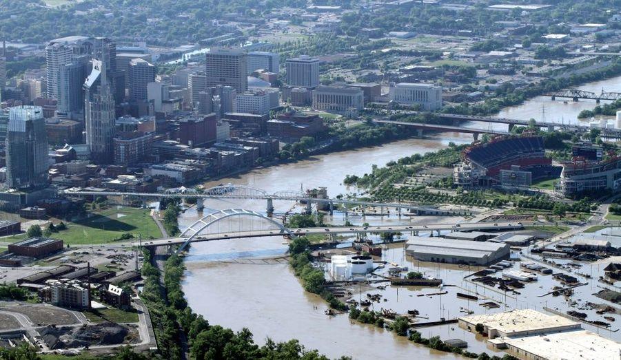 La capitale de l'État du Tennessee, Nashville, submergée par les eaux. Conséquence des nombreux orages et tornades qui ont sévi ces derniers jours dans le sud-est des États-Unis. Ces violentes tempêtes ont déjà fait une vingtaine de victimes dans le Tennessee et le Kentucky.